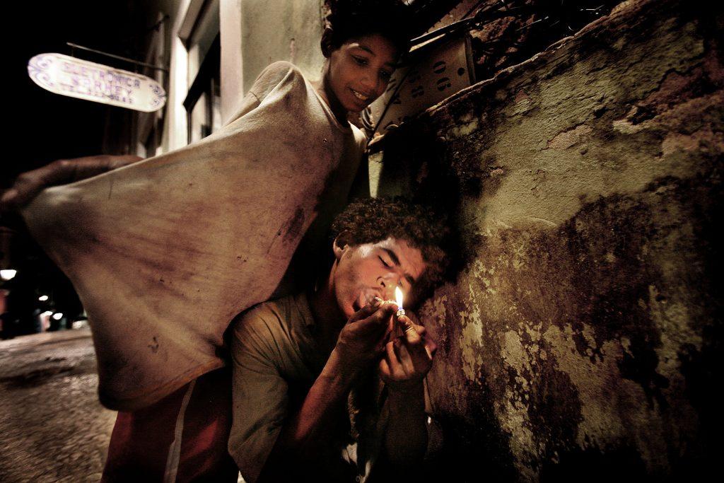Deux garçons fument du paco. Le plus jeune a seulement 12 ans. Pelourinho, centre historique de Salvador de Bahia, mars 2010. © Valerio Bispuri