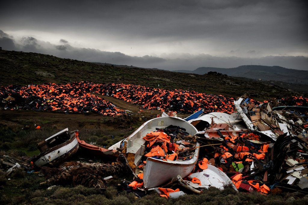 Des gilets de sauvetage et des débris d'embarcations abandonnés après la traversée de la mer Égée. Méthymne, île de Lesbos, 19 février 2016. © Aris Messinis / AFP